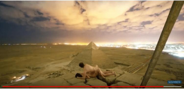 Pareja de turistas hace el amor en la cima de la pirámide de Keops