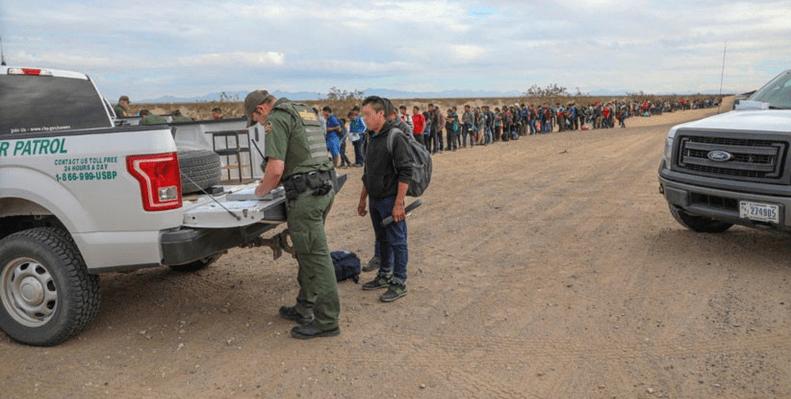 376 migrantes cruzan a EU a través de un túnel