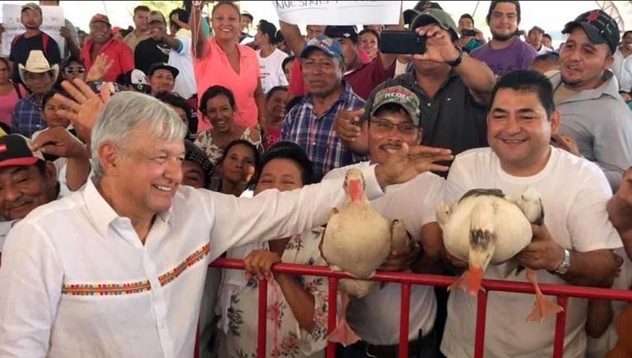 Le obsequian gansos a López Obrador en su gira por Campeche