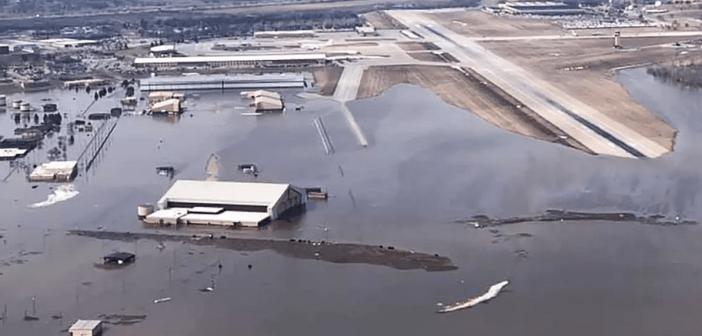 Se inunda base que aloja 'aviones del juicio final'