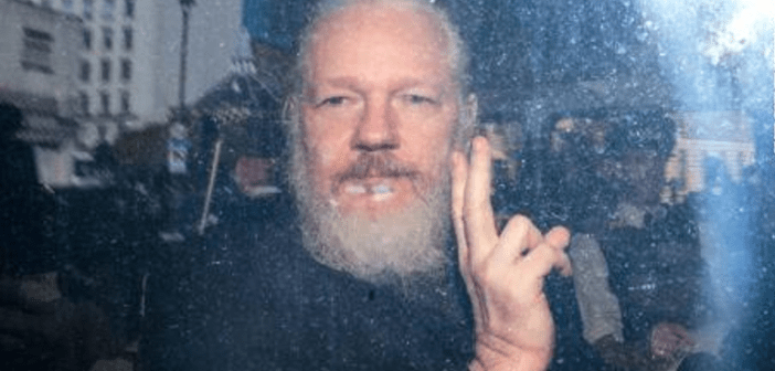 Dan 11 meses de prisión a Assange en Reino Unido