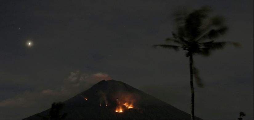 Entra en erupción estratovolcán en Indonesia