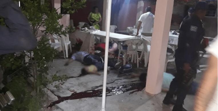Comando asesina a 14 personas en una palapa de Minatitlán