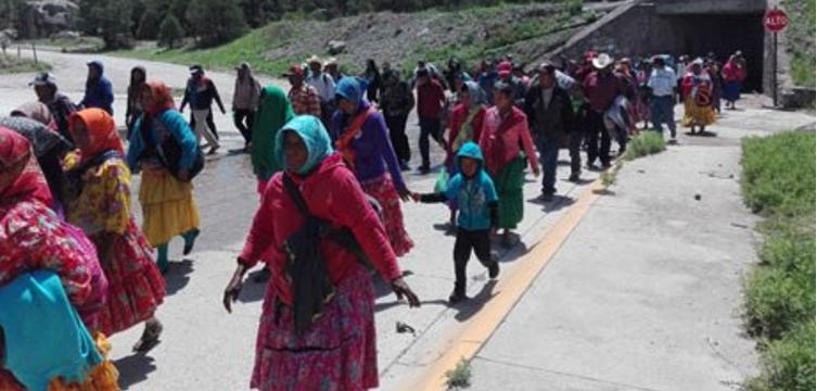 Integrarán a rarámuris a programas sociales federales; suspenden marcha