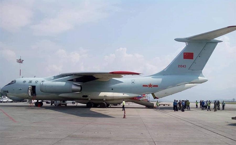चिनियाँ सेनाले आफ्नै विमानबाट नेपाल ल्याइदियो मेडिकल सामग्री