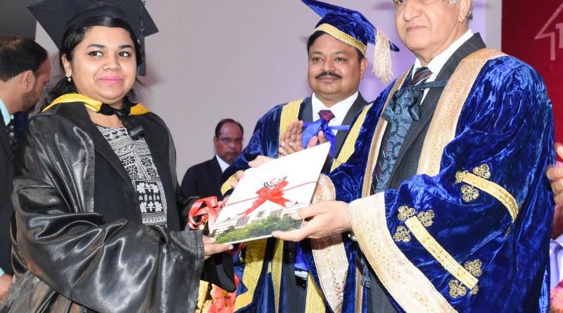 राज्यपाल द्वारा मेधावी छात्रों को पदक व डिग्रियां प्रदान