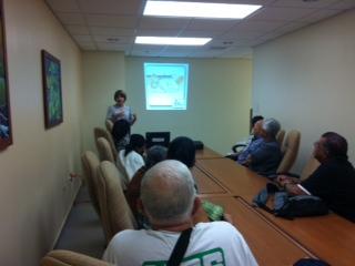 La Trabajadora Social Maribel Delgado Colón, ofreciendo orientación sobre Radioterapia