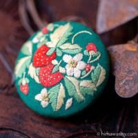 イチゴと花の刺繍ヴィンテージ・ブローチ