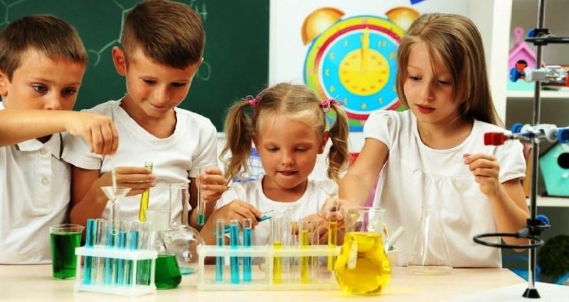 Сегодня мы решили представить вашему вниманию сразу 3 увлекательных химических экспериментов для детей, которые понравятся юному химику