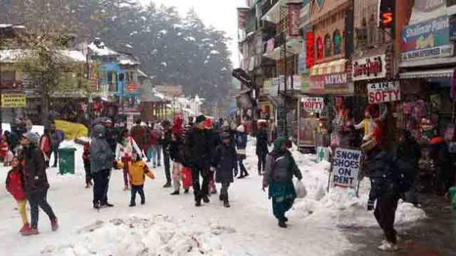 tourists-enjoy-a-fresh-spell-of-snow-in-manali