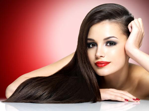 एंटी-एजिंग में भी मददगार जिन लोगों की उम्र बढ़ रही है और चेहरे पर झुर्रियां आ रही हैं तो वो लोग भी इन छिलकों का इस्तेमाल कर सकते हैं। इन्हें खा सकते हैं या चेहरे पर लगा सकते हैं। पर खाने से ज्यादा फायदा मिलता है। बालों के लिए फायदेमंद उड़द दाल के छिलकों का फायदा केवल बालों को ही नहीं बल्कि त्वचा को भी मिलता है। इन छिलकों को आप कोई रेसिपी में इस्तेमाल कर सकते हैं। इसके अलावा इसका लेप चेहरे पर लगाने से ढीली स्किन टाइट होती है। उड़द दाल के छिलकों को चेहरे पर लगाने के लिए आप इन छिलकों को धूप में अच्छे सुखा लें। फिर उसका पाउडर बनाकर उसमें नींबू की कुछ बूंदे डालकर और राइस पाउडर मिला लें। फिर चेहरे पर लगाएं। इससे चेहरा जवां दिखेगा। महिलाओं के लिए फायदेमंद उड़द की छिलके वाली दाल यह उन महिलाओं के लिये उपयुक्त है जिन्हें भारी माहवारी होती है, क्योंकि उनके अंदर आयरन की कमी हो जाती है। इसमें रेड मीट के मुकाबले कई गुना आयरन होता है और न हाई कैलोरी होती है और न ही फैट होता है। कब्ज से रखे दूर उड़द दाल के छिलकों के फायदे बताते हुए कहा कि एनर्जी बूस्ट करते हैं और यह फाइबर कब्ज से भी राहत दिलाता है। जिन लोगों को उड़द दाल खाने से गैस बनती है तो वे उसे उबालकर खा सकते हैं या भीगे हुए छिलकों को खाने से भी कब्ज नहीं बनती। छिलकों को भिगोने से और भी ज्यादा फायदा मिलता है। इसके अलावा छिलकों में प्रोटीन भी प्रचूर मात्रा में होता है जो मांसपेशियों को मदद करता है। उड़द दाल से छिलका कैसे निकालें उड़द की दाल को पहले अच्छे से पानी में भिगो दें। उसमें इतना पानी डाल दें कि दाल पानी के नीचे चली जाए। इसे एक दिन के लिए भिगो कर रखें। शाम को दाल को हाथ से मसलकर दाल से छिलका अलग कर लें। दाल और छिलके पानी को अच्छे सो सोक लेते हैं, जिससे आसानी से ये छिलके दाल से अलग हो जाते हैं। अब दाल को अलग कर लें। बर्तन में बचे हुए छिलकों को छन्नी से छानकर पानी अलग कर लें और छिलके अलग कर लें।