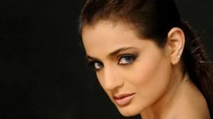 एयरलाइन स्टाफ ने Amisha Patel के सामने किया डांस, Emotional हो गईं एक्ट्रेस