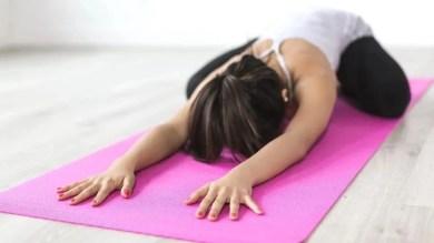 बेड पर ही कर सकते हैं ये 5 योगासन, आराम के साथ-साथ सेहत भी