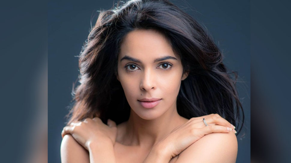 Mallika Sherawat To be Part of Controversial Reality Show Bigg Boss 15 Here is the Reality |  Makers of BIGG BOSS 15 approach Mallika Sherawat!  Will the bold actress be a part of the show?