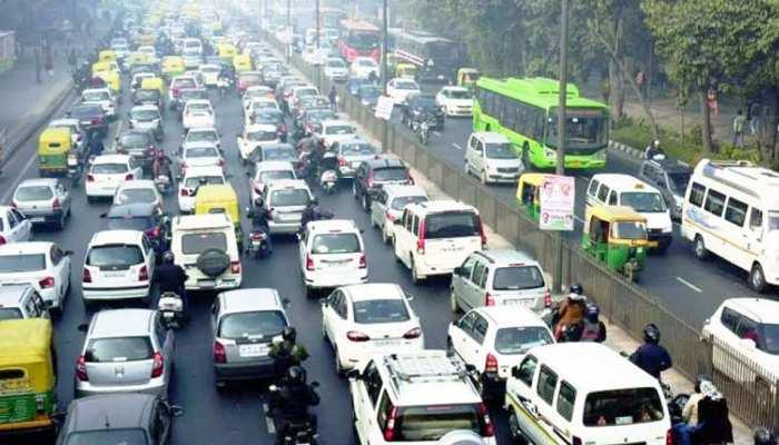 Number of vehicles on Delhi roads over 1 crore, with more than 70 lakh two  wheelers: Economic survey   दिल्ली में वाहनों की संख्या एक करोड़ के पार, 70  लाख से अधिक