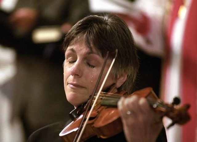 a-violinist-cries-while-playing-at-a-911-memorial-service-in-vancouver