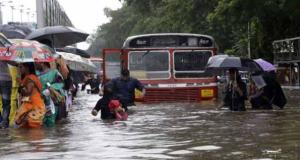 मुंबई में भारी लगातार बारिश से जनजीवन अस्तव्यस्त, जगह-जगह जलभराव