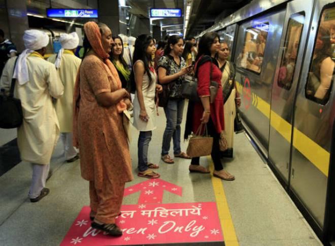 दिल्ली में महिलाओं का मुफ़्त सफ़र ये पहल 'अच्छी' या 'बुरी' : एक विश्लेषण
