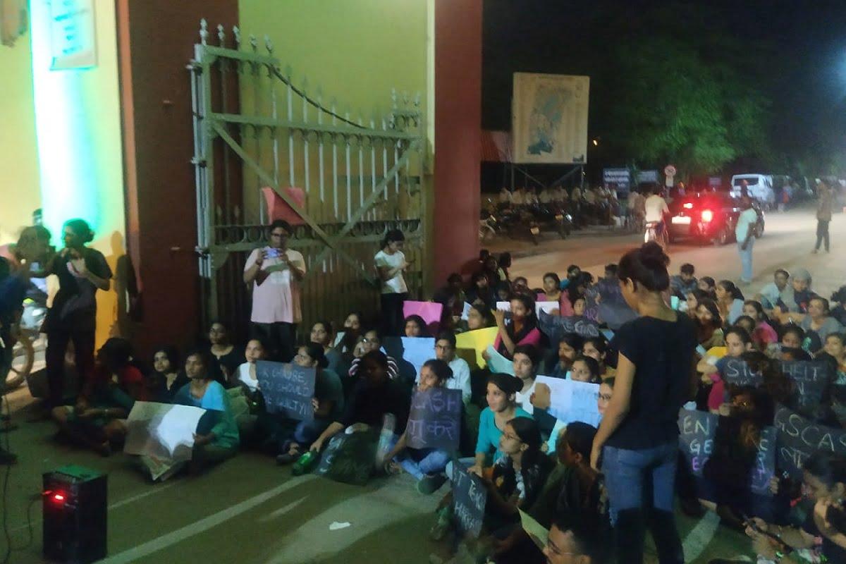 यौन उत्पीड़न के ख़िलाफ़ बीएचयू की छात्राओं का प्रदर्शन और छुट्टी पर भेजे गये आरोपी प्रोफ़ेसर