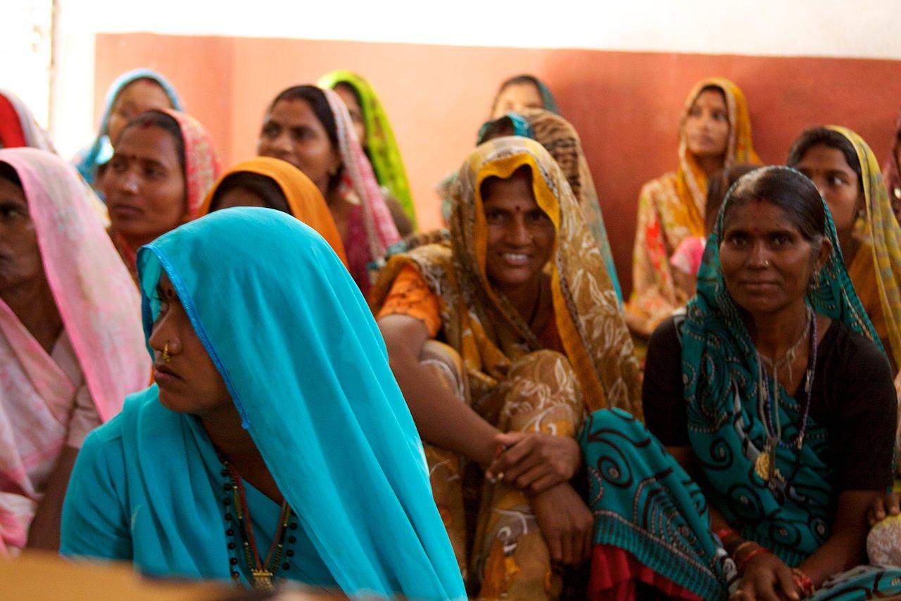 गांव की वे औरतें जो चुड़ियां पहनती हैं पर महिला अधिकारों के लिए लड़ना भी जानती हैं