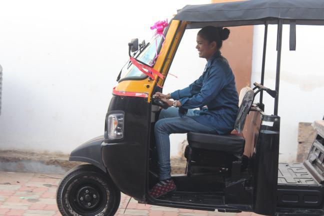 पुरुषों को चुनौती देती कच्छ की महिला छकड़ा ड्राइवर्स की कहानी