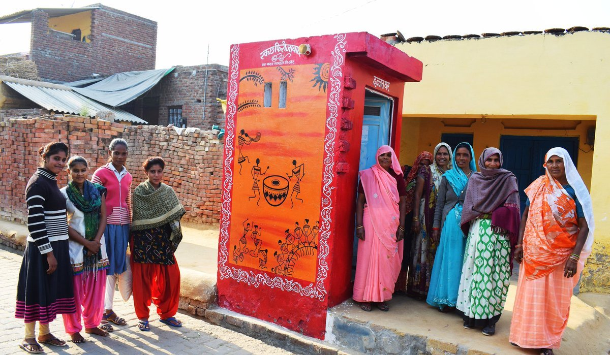 'इज्ज़त घर' के नाम से बने ये शौचालय महिला अधिकार की ज़रा भी इज़्ज़त नहीं कर पा रहा
