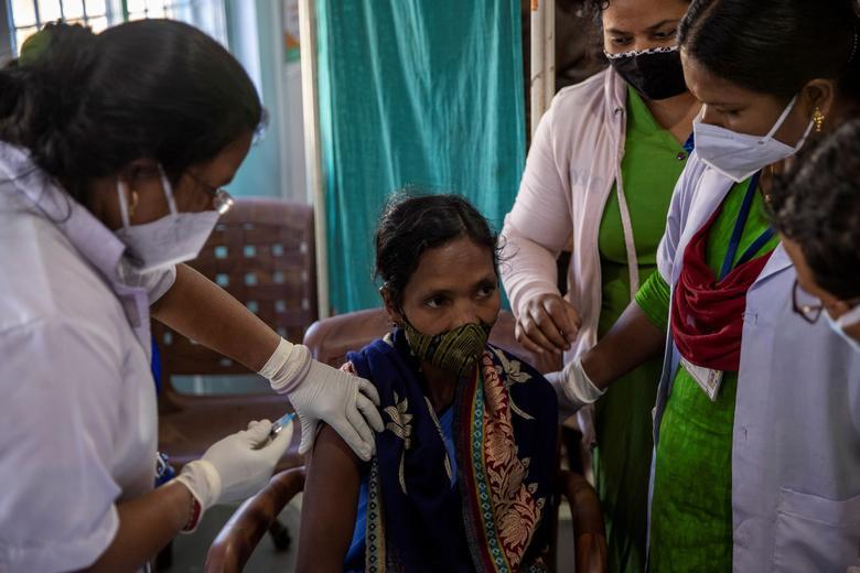 कोरोना टीकाकरण: क्या प्रिविलेज्ड समूह की सुरक्षा ही सरकार की प्राथमिकता है