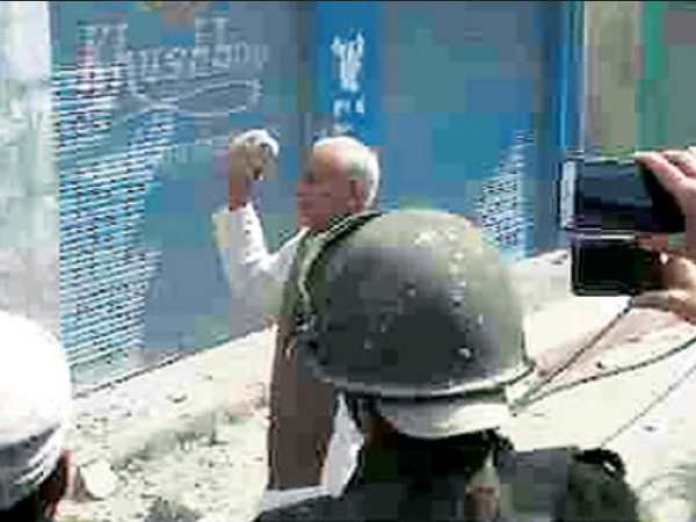 Jammu kashmi minister Kuldeep Raj Gupta picks up stone to police after Son shops razed