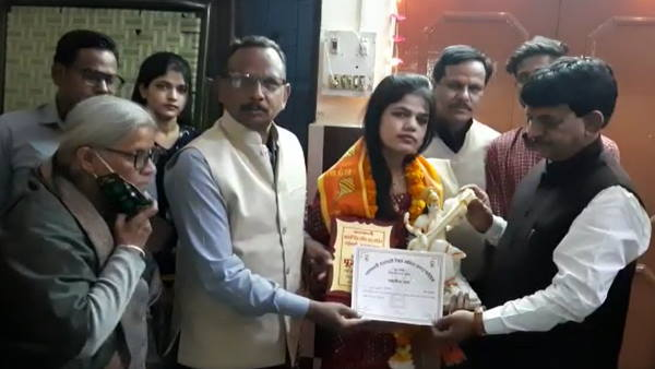 Pooja Sharma passed PCSJ exam, UP minister went to congratulate her