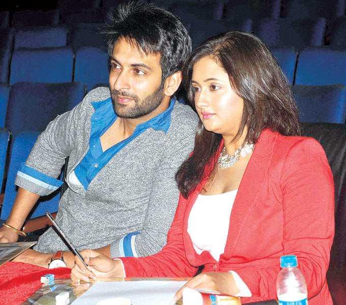 nandish-sandhu-wife-rashmi-desai-enjoy-performances-children-talent-show