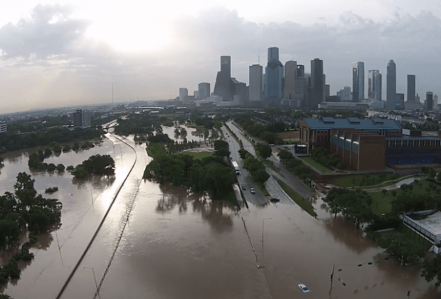 बाढ़ के बाद ह्यूस्टन में लगा अपातकाल