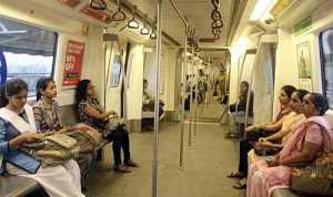 मेट्रो में महिला कोच होने से परेशान लड़को को आंटी का करारा जवाब