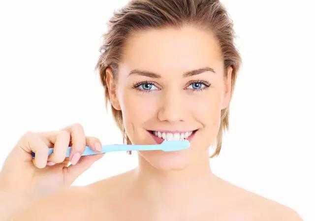 दांतो की सफाई नही, बल्कि आपका टूथपेस्ट करता है टूथब्रश खराब