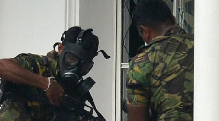 जेहादी फातिमा के धमाके के बाद भी अपने कर्त्तव्य का निर्वहन करते श्री लंका स्पेशल टास्क फोरसे के जवान (साभार: एएफपी)