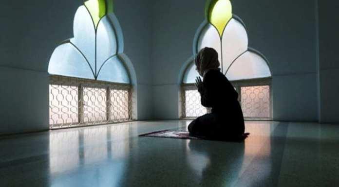 मुस्लिम महिलाओं को घर में पढ़नी चाहिए नमाज
