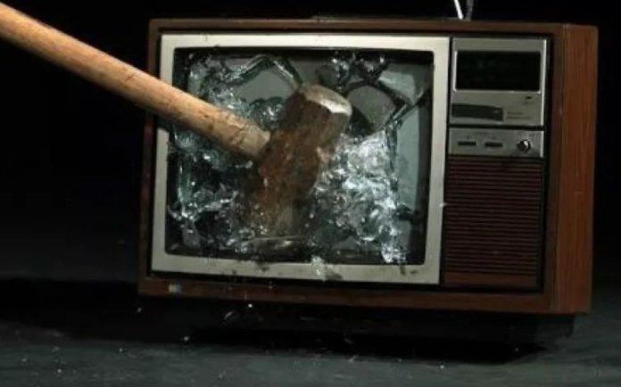 हथौड़े से तोड़ी जा रही है टीवी