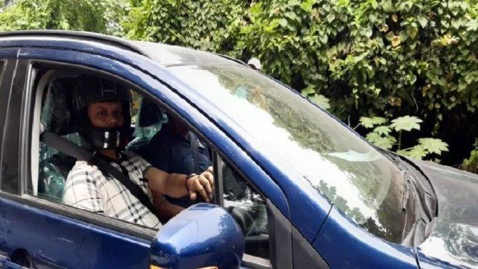 कार में हेलमेट