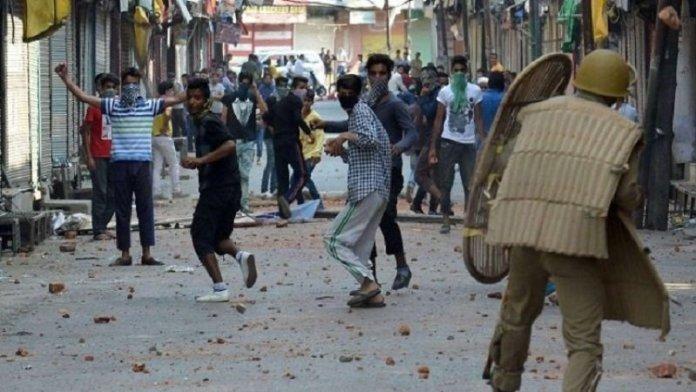 कश्मीर में पत्थरबाजी करने पर 765 गिरफ्तार (फोटो साभार - डीएनए)
