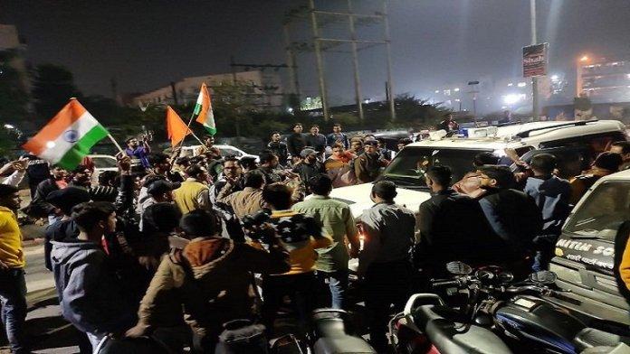 सीएए समर्थकों को गिरफ्तार कर ले जाती पुलिस