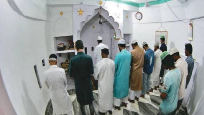 मस्जिद में नमाज