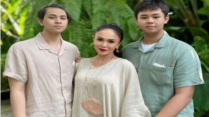 बेटों के साथ यूनी शारा