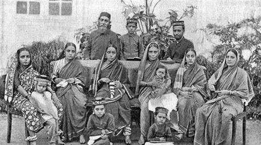 यद्यपि भिन्न, यहूदियों ने पारम्परिक भारतीय परिधान को अपनाने के द्वारा स्वयं को इसमें मिश्रित कर लिया था