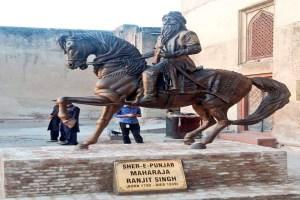 Read more about the article पाकिस्तान में महाराजा रणजीत सिंह की तोड़ी गयी प्रतिमा