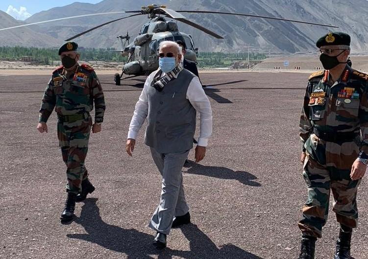भारत-चीन विवाद: लद्दाख पहुंच गए प्रधानमंत्री नरेन्द्र मोदी, सैनिकों से ली ग्राउंड जीरो की जानकारी