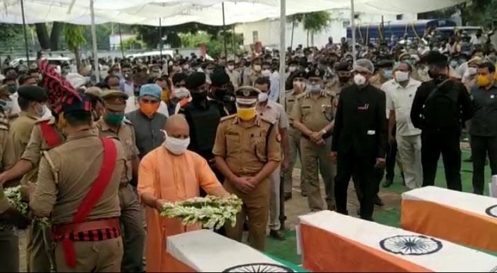 शहीदों को श्रद्धांजलि देने अस्पताल पहुंचे योगी आदित्यनाथ, परिवार को नौकरी और 1 करोड़ो देने का किया वादा