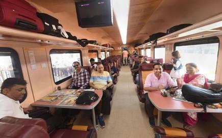 भारतीय रेलवे की प्राइवेट ट्रेन में मिलेगी फ्लाइट जैसी सुविधा, एयर होस्टेज की तरह ही होंगी होस्ट