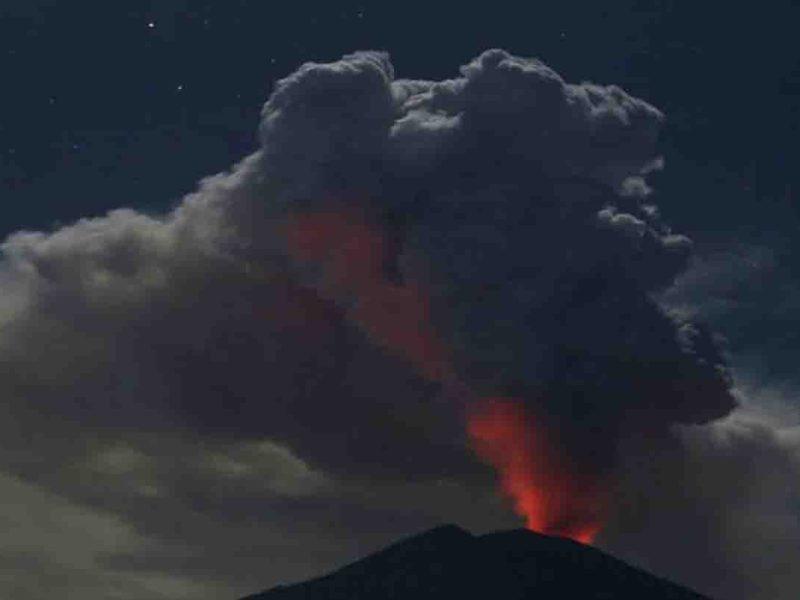 इंडोनेशिया में फिर धधका ज्वालामुखी, 5 किमी ऊपर तक छाए राख के बादल