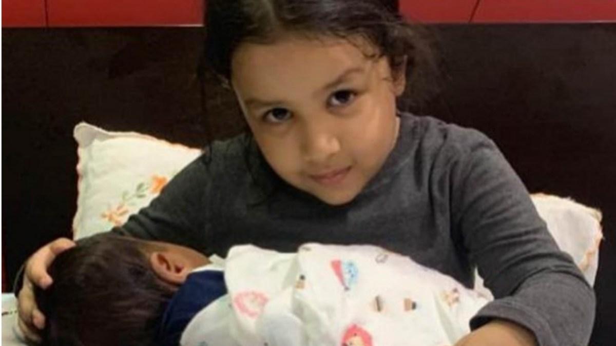 जीवा के हाथों में नन्हा बेबी देख फैंस ने धोनी को दी दोबारा पापा बनने की बधाई, लेकिन.....