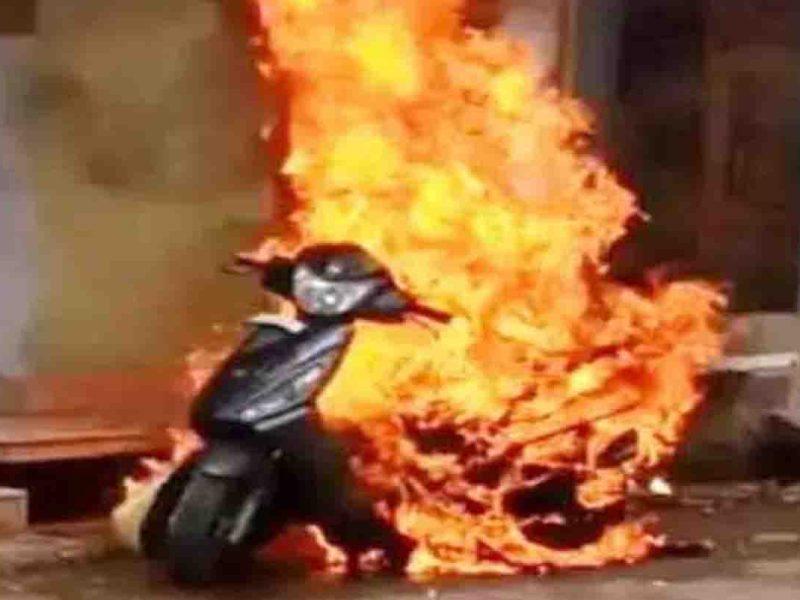 स्कूटी समेत धूं-धूंकर जिंदा जला युवक, दर्दनाक घटना का वीडियो हुआ वायरल