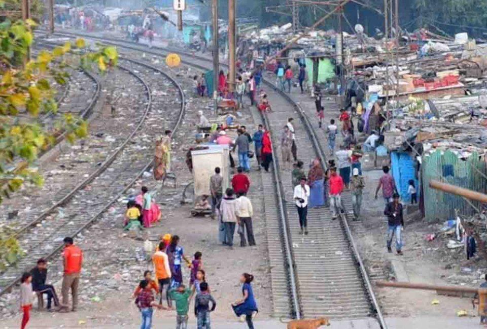 सुप्रीम कोर्ट का निर्देश, तीन माह में हटाएं रेल पटरियों के किनारे 48,000 झुग्गी बस्तियां